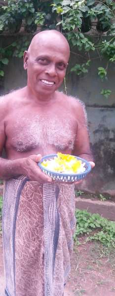 мужчина с цветами хиккадува шри-ланка