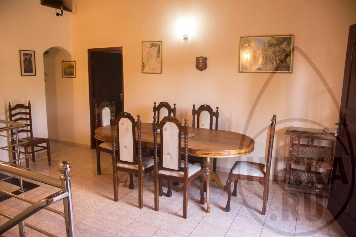 аренда виллы в Хиккадуве 5 спален большой стол