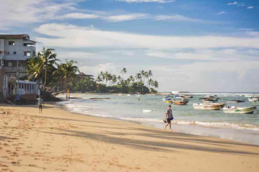 черепаший пляж в хиккадуве без волн