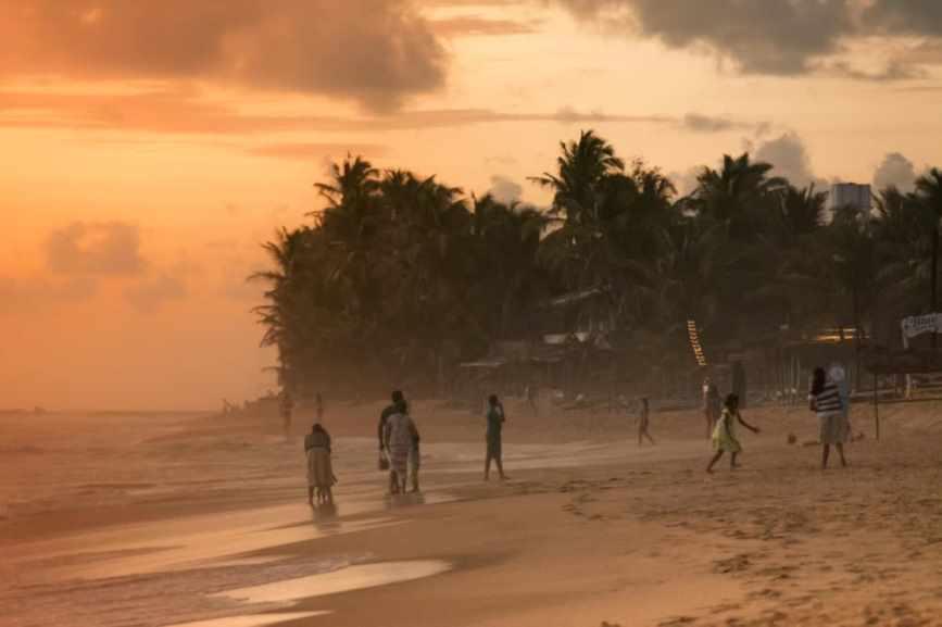 пляж в хиккадуве наригама в октябре